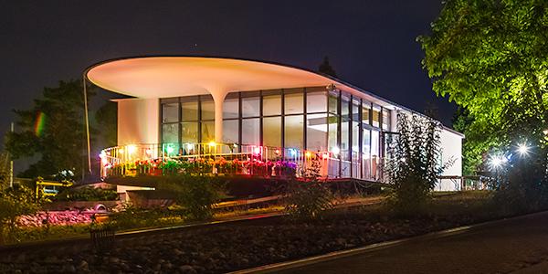Vereinsheim beleuchtet bei Nacht